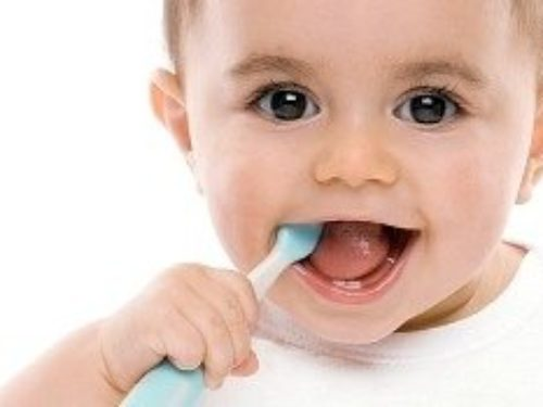 Pranje ili četkanje prvih zuba kod beba